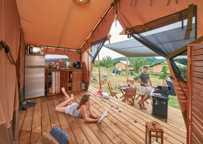 Vue cuisine sur terrasse ombragée